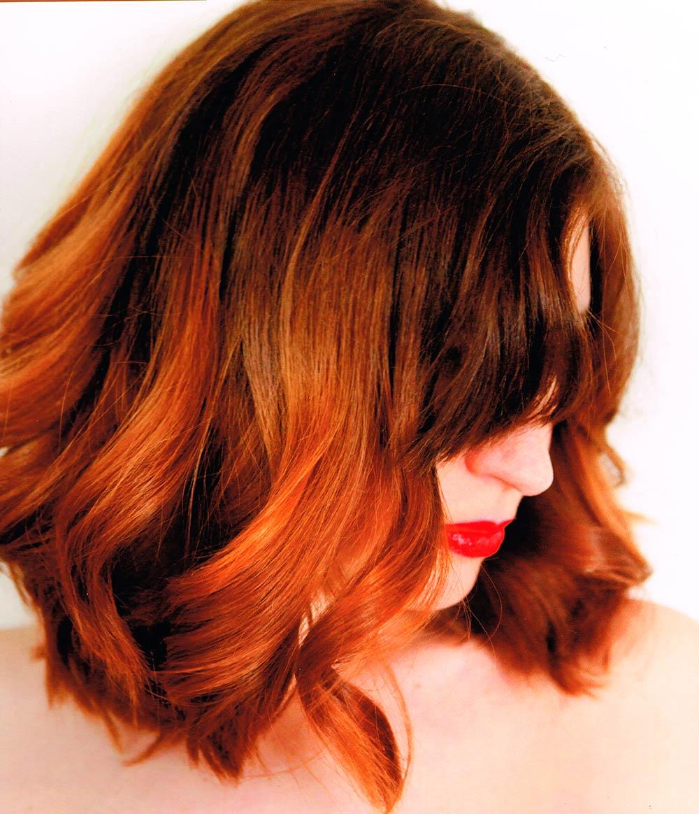 Coiffure de femme avec coloration sur cheveux mi-longs