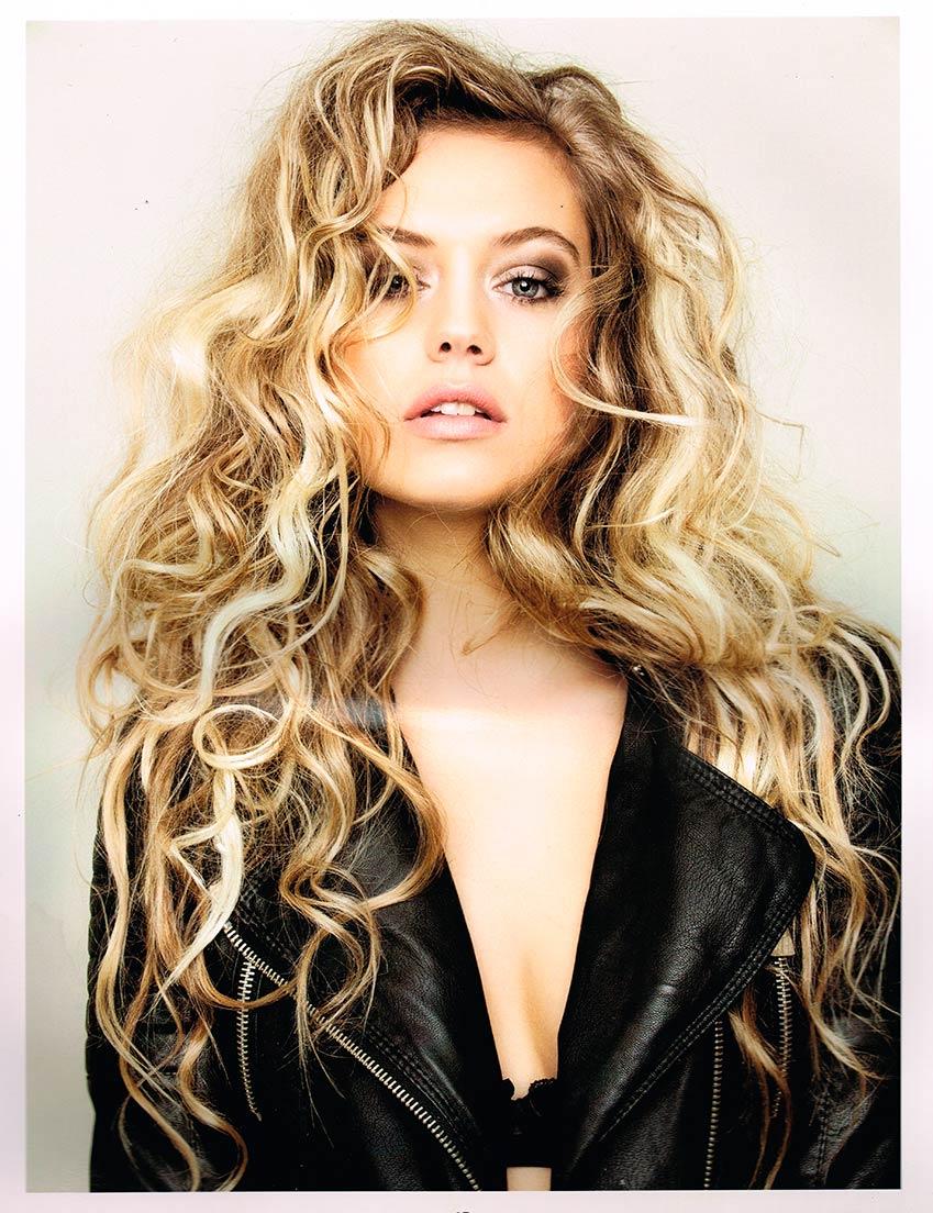 Coiffure femme cheveux longs agrémentée d'une permanente