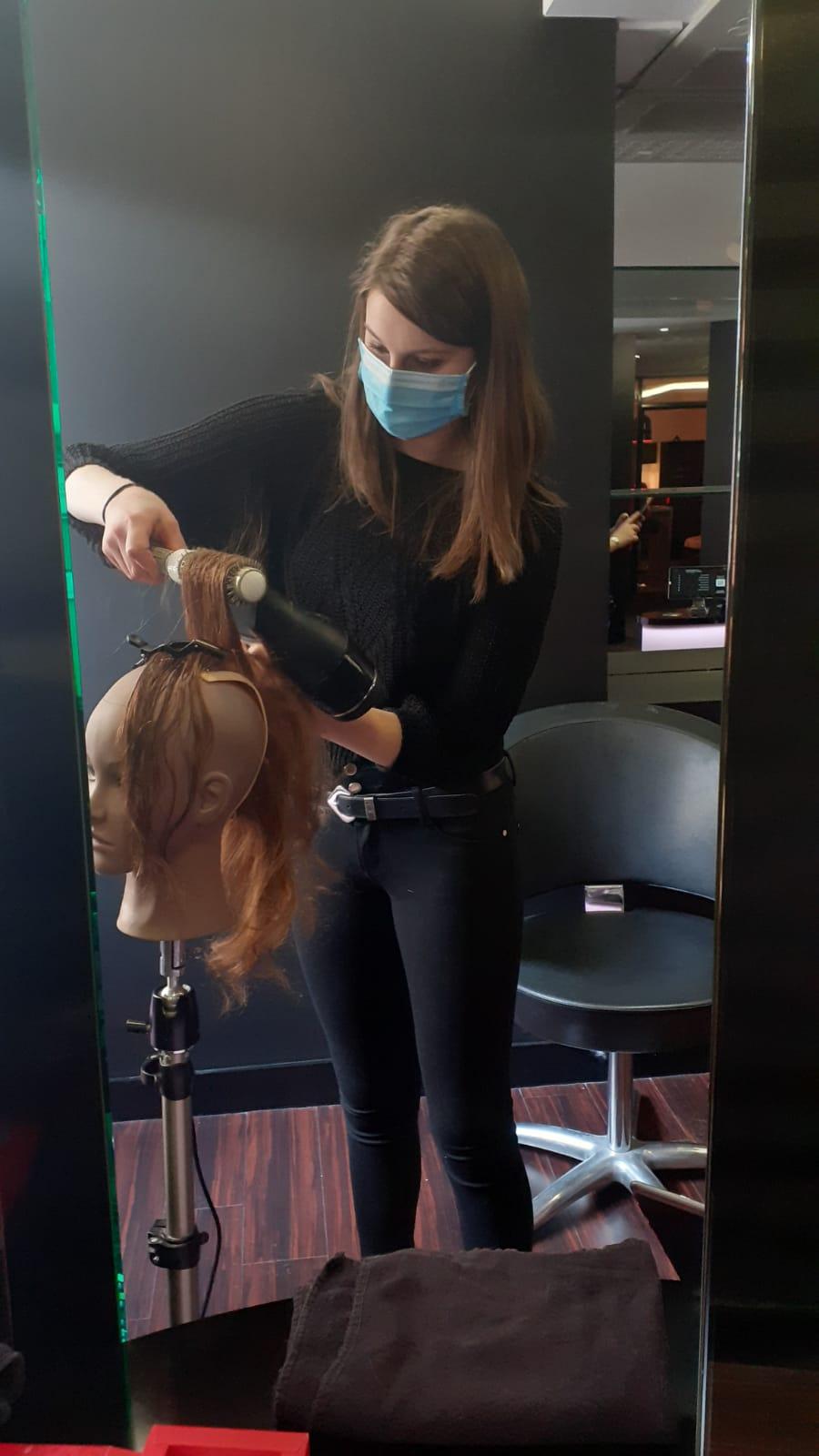 Séchage cheveux réalisée par une stagiaire lors d'une formation